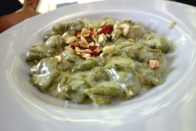 Green gnocchi with cheese sauce